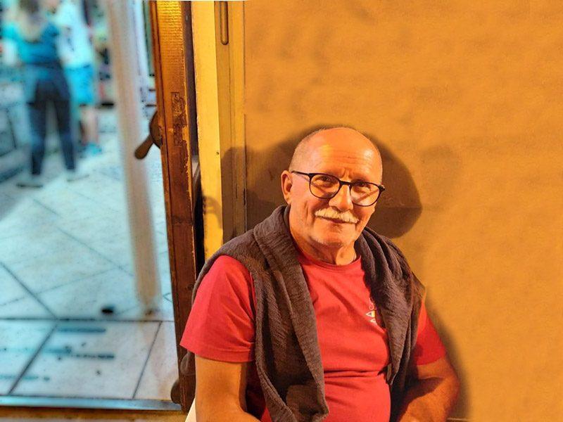Vincenzo Passerelli davanti al bar centrale