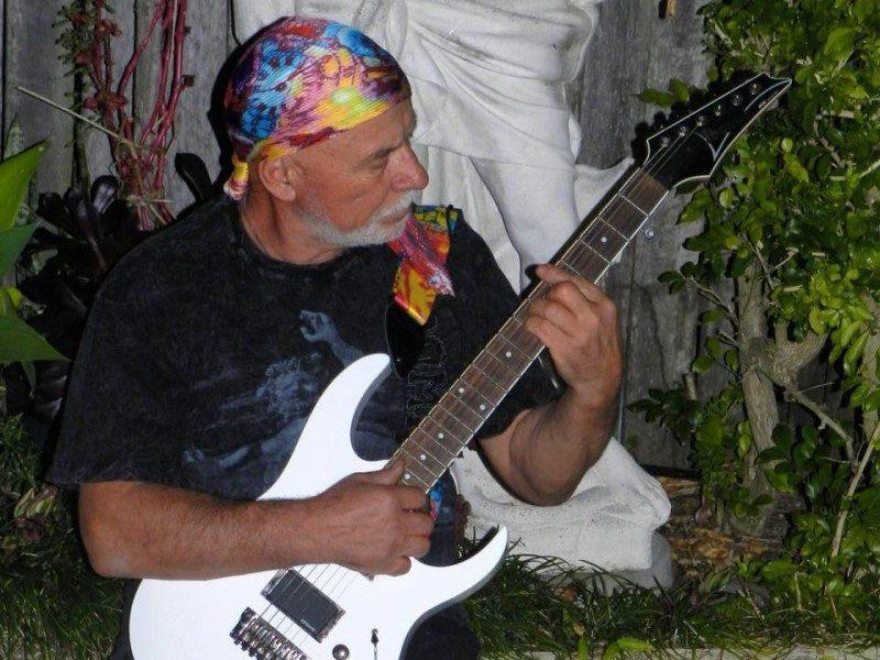 Tony Nero mentre suona la chitarra