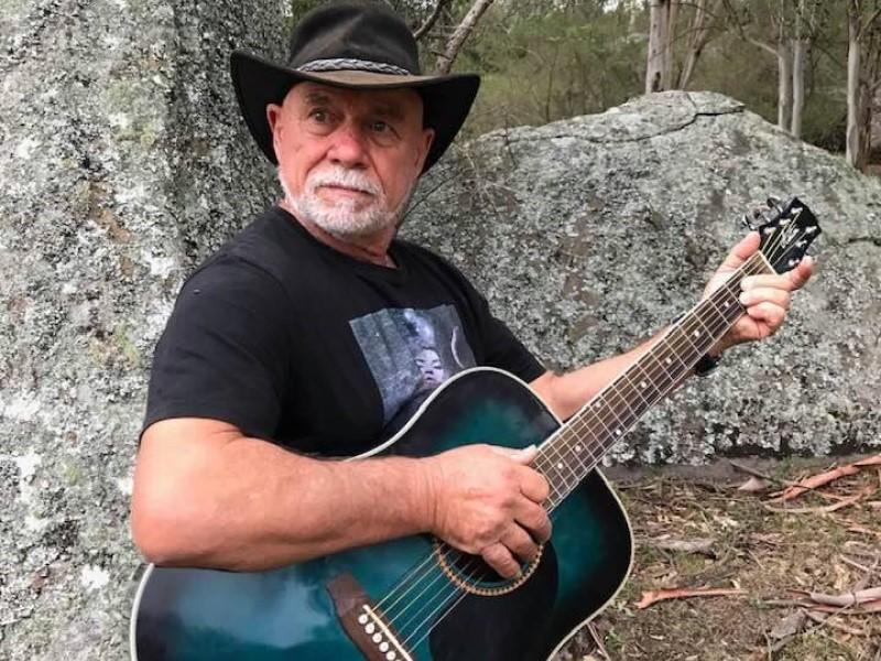 Tony suona la chitarra