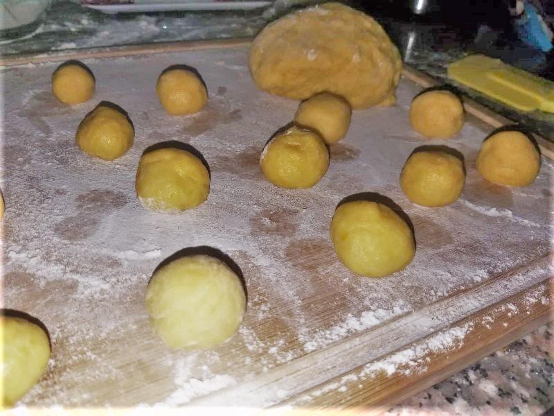 castagnole: l'impasto in palline
