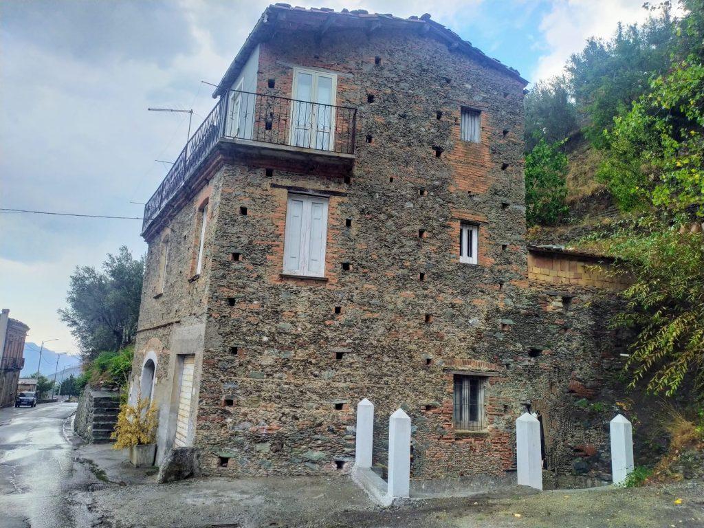 buche pontaie in vista su una vecchia abitazione costruita in pietra E mattoni