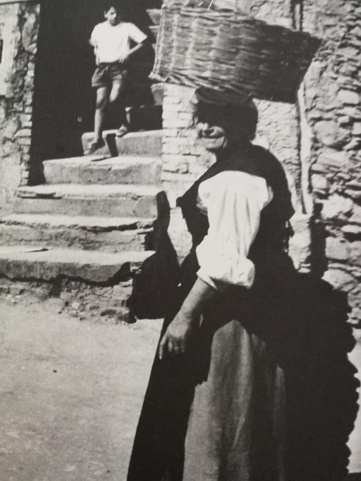 Donna Con Una Cesta Sul Capo