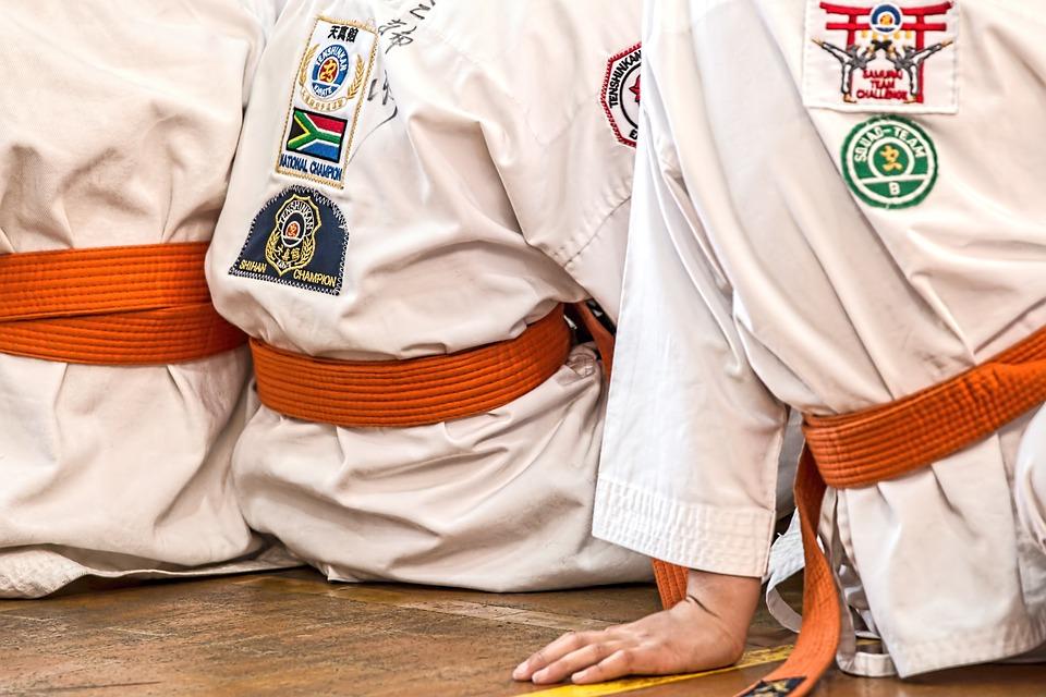 Karate nel Polesine - karatechi seduti sulla panca