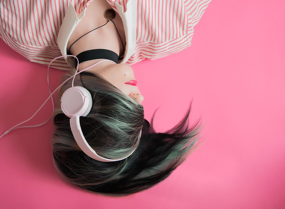Sevn - ragazza che ascolta musica