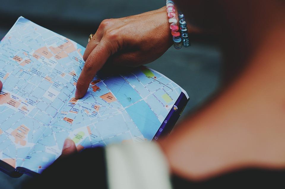 Visitare l'orologio di Chioggia  - Turisti Con Cartina geografica