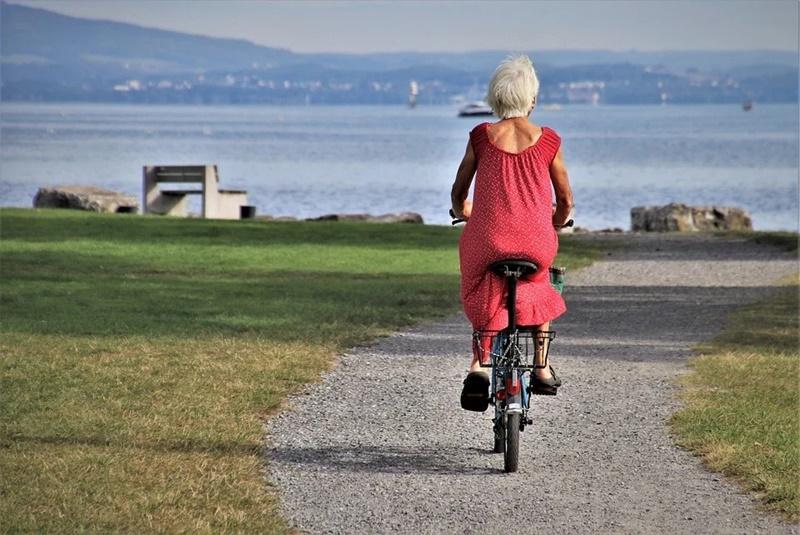 Donna Anziana Su Bici