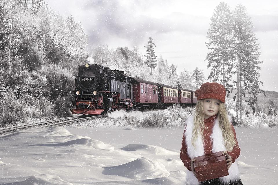 paesaggio innevato - una bimba e il treno rosso
