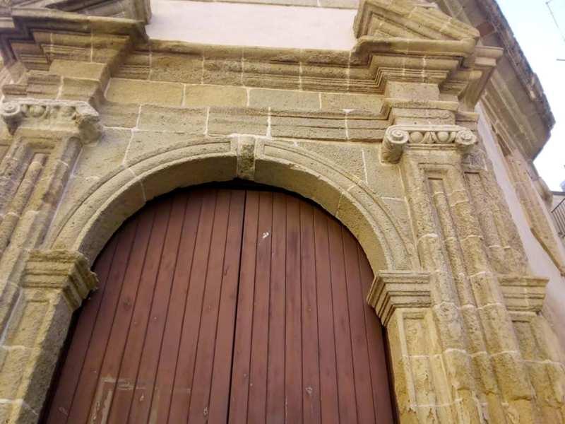 Il portone della chiesa Santa Croce