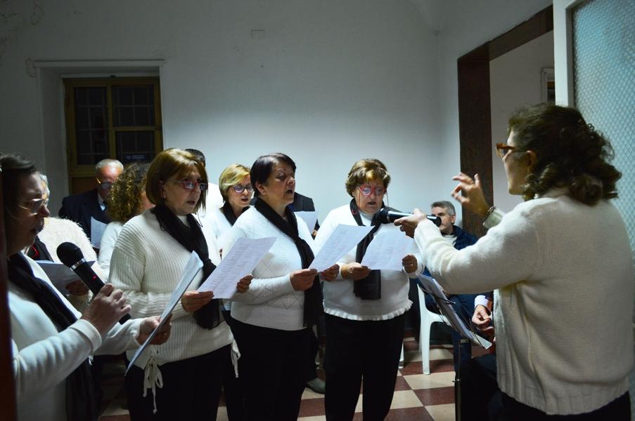 Il coro diretto dalla maestra Angela Giardinelli -