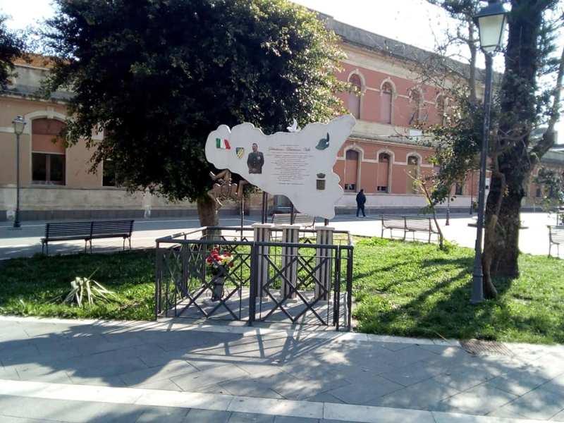 Monumento - esso è dedicato al caporal maggiore Damiano Ville