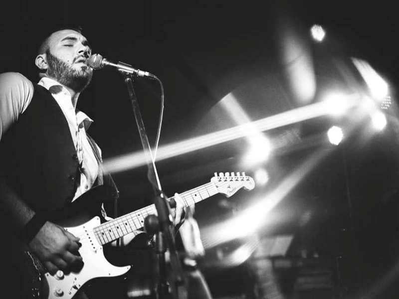 foto in binco e nero del cantante Sebastiano D'amato sul palco