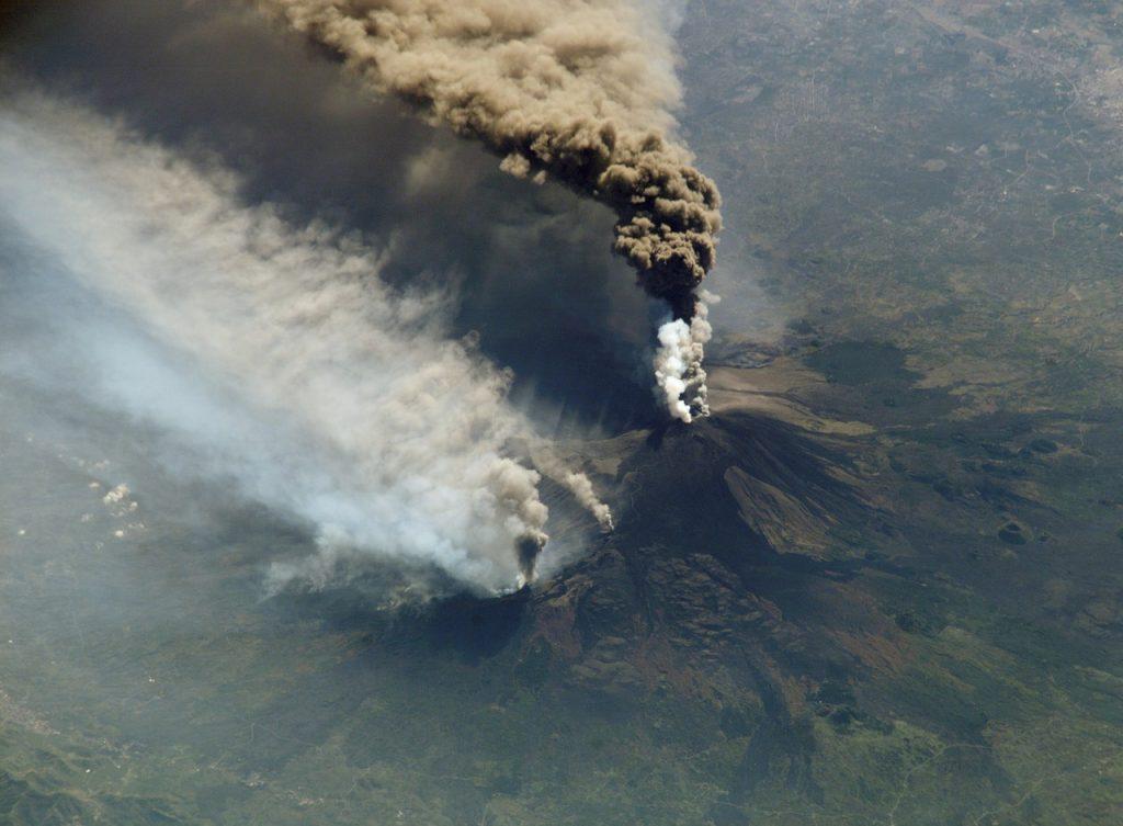 Nuvola di fumo del vulcano Etna vista dall'alto.