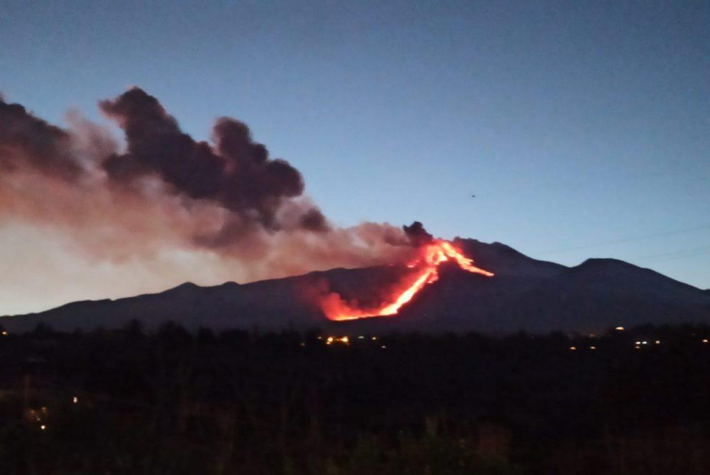 Colata lavica dell'Etna all'imbrunire..