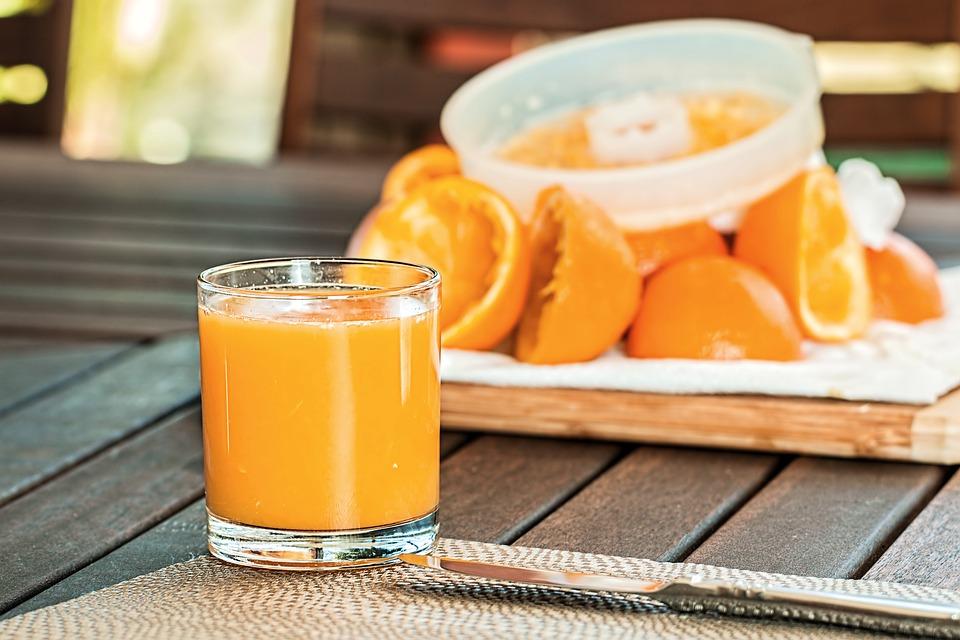 Arance e succo d'arance. Ingredienti essenziali per la preparazione del budino. Foto: Pixabay.