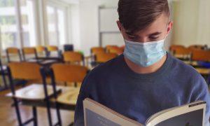 Francofonte a scuola: studente in aula con mascherina