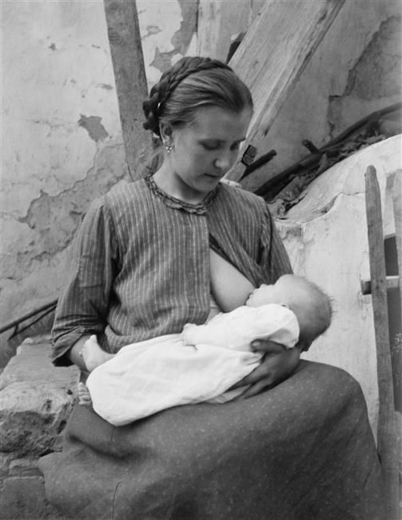 Balie Ciociare- giovane donna che allatta
