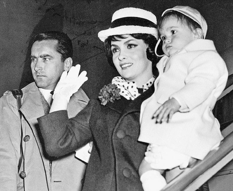 Balie Ciociare - Gina Lollobrigida con in braccio il figlio