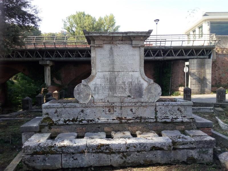 Fontana Bussi- immagine dal viale adiacente