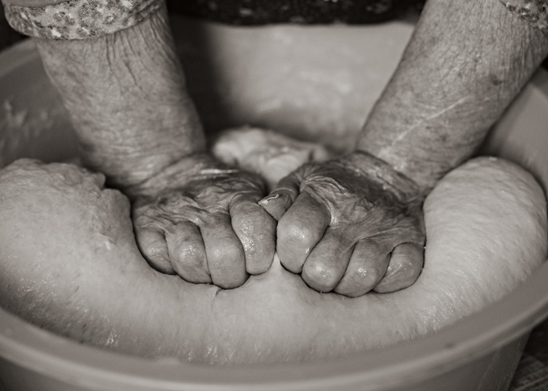 Ricetta Delle Frappe - mani di massaia che impastano
