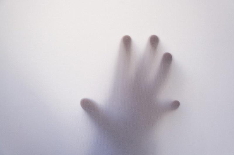 I Misteri Di Fumone - manina di bimbo dietro un vetro