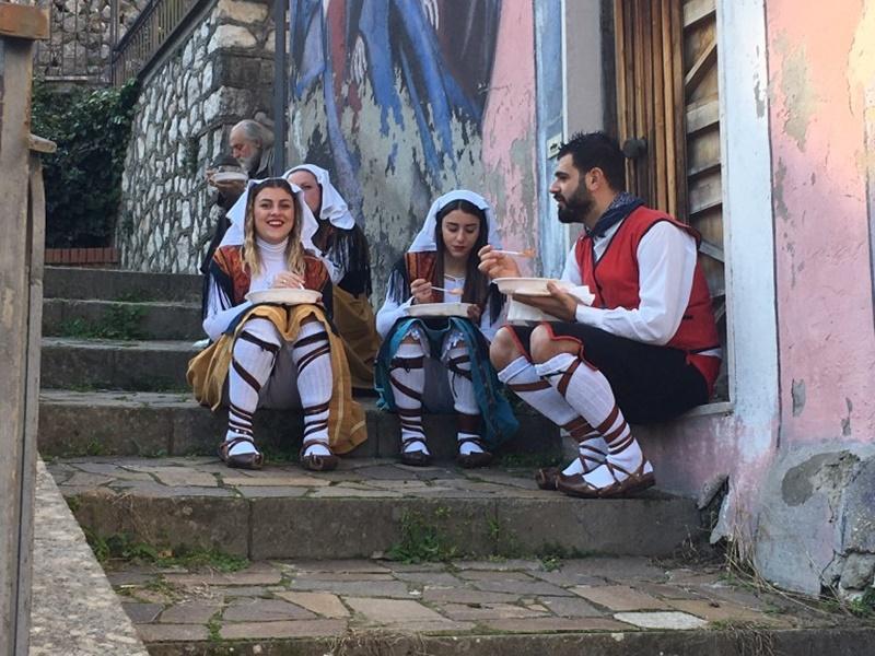 San Valentino In Ciociaria- danzatori folk che si ristorano dopo il saltarello