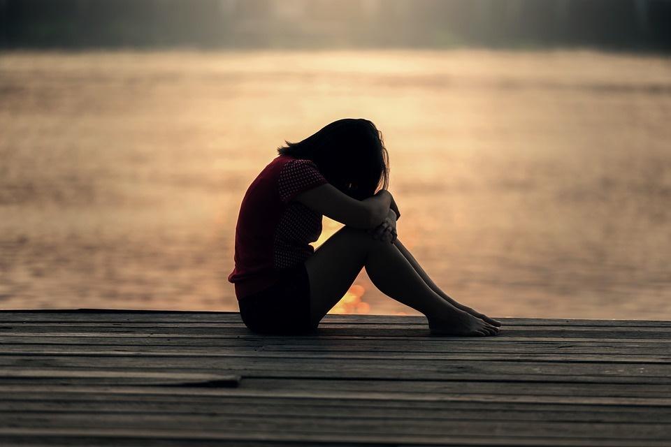 Federica la ragazza del lago - immagine di adolescente in riva al lago