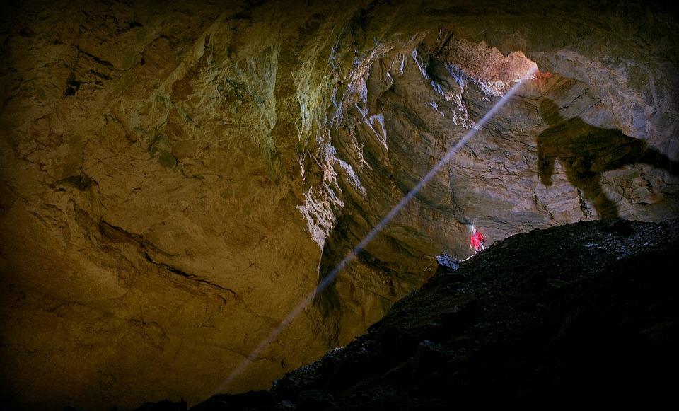 il pozzo d'antullo - Grotta con luce che filtra