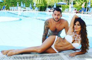 Alessia MAcari -Coppia di sposi a bordo piscina
