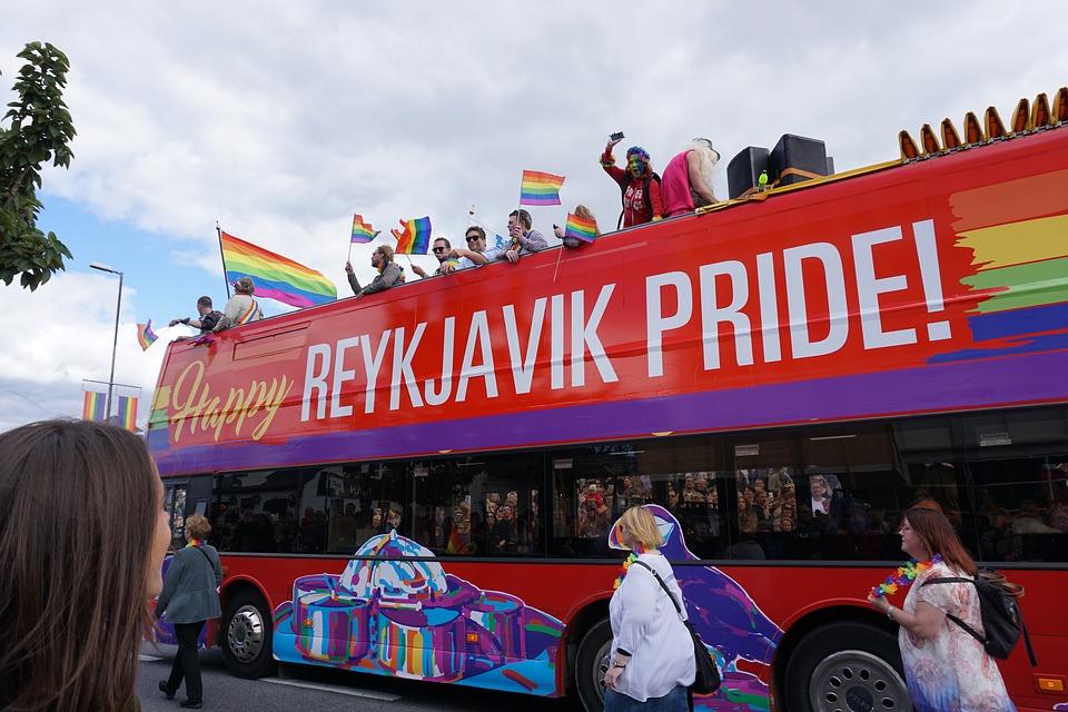 Lazio Pride - un bus che sfila