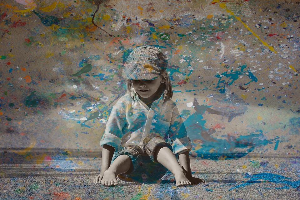 asili nido a Frosinone - bambina a Scuola che dipinge