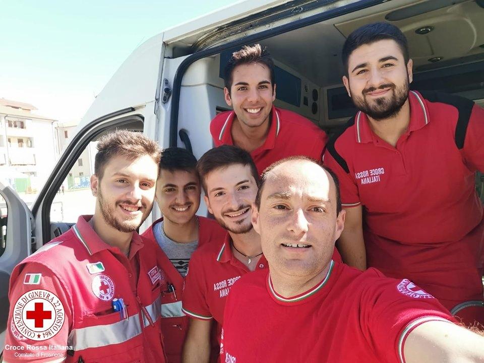 volontari per la croce rossa - Ragazzi davanti al mezzo di soccorso