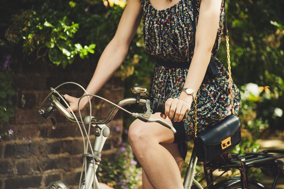 Spazi urbani - ragazza in Bici
