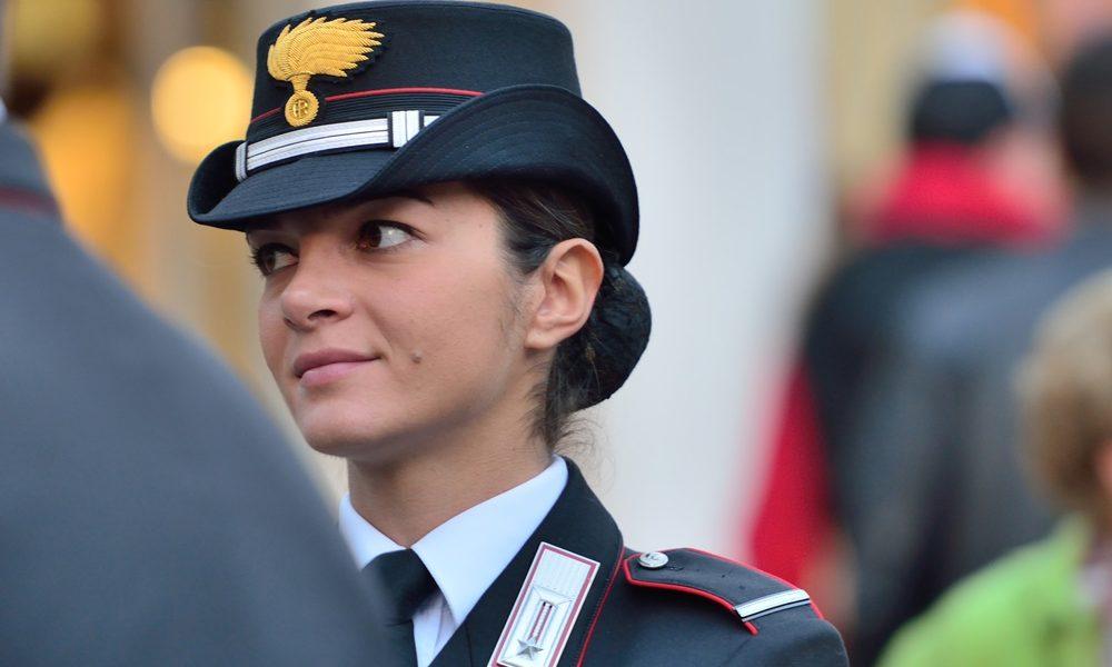 Carabinieri accanto alla popolazione - Donna Carabiniere