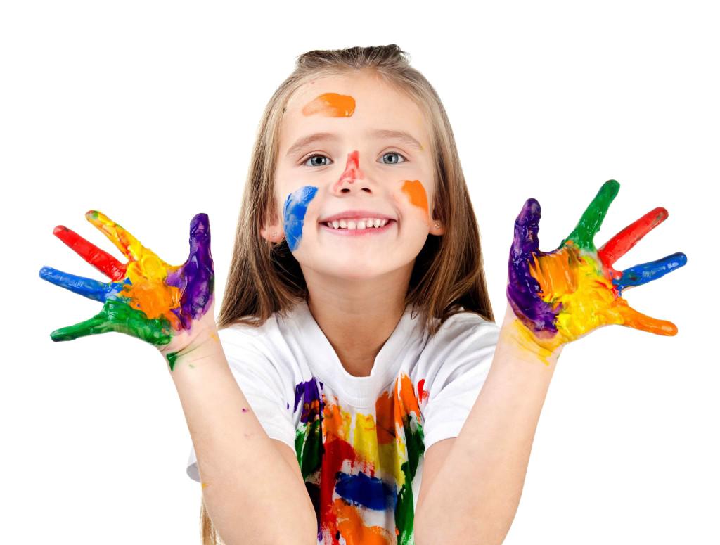 Centri estivi per bambini - Bambina Colorata con la tempera