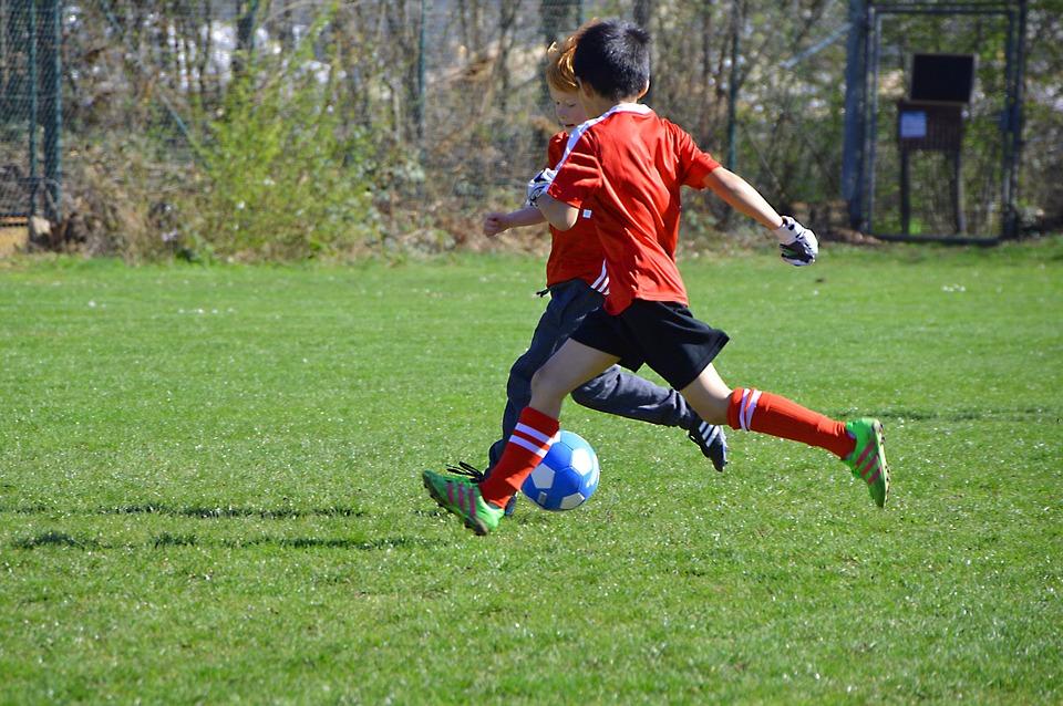 giochi - Bimbi che giocano al calcio
