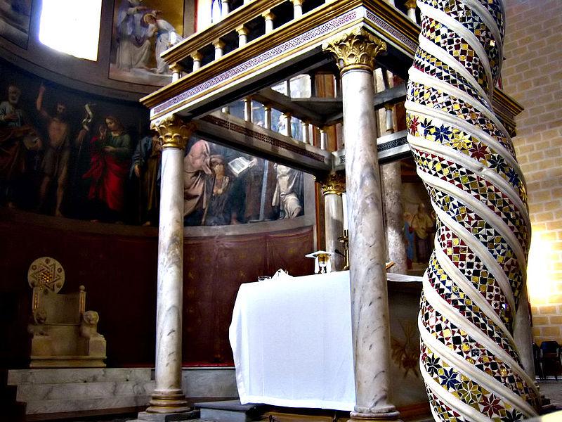 la cattedrale di Anagni - Colonna Tortile in primo piano