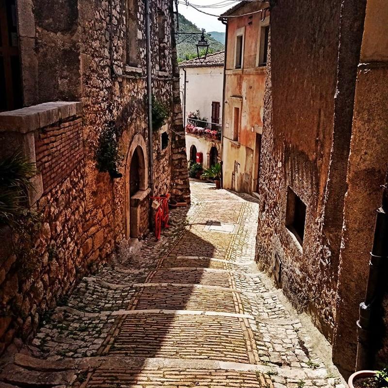 Castro Vicoli - una viuzza del borgo
