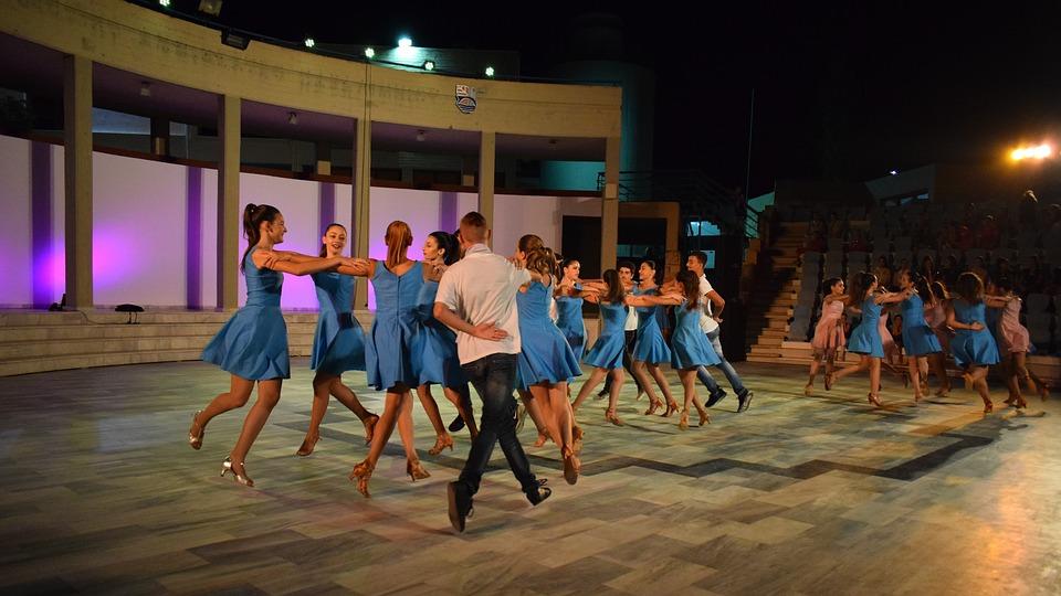 Teatro musica e cabaret tra le porte - Danzatori al lavoro