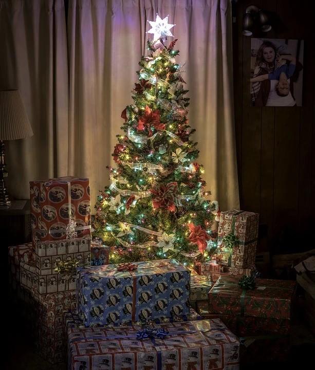 regali di Natale - Albero Di Natale con sotto i doni