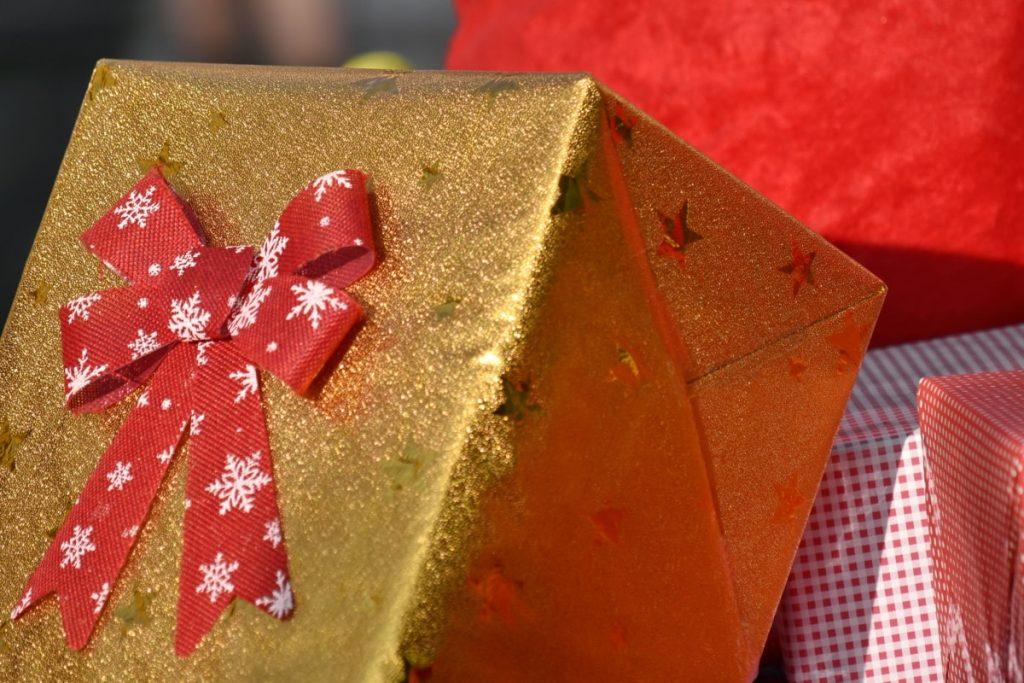 Regali di Natale - Regalo con carta dorata