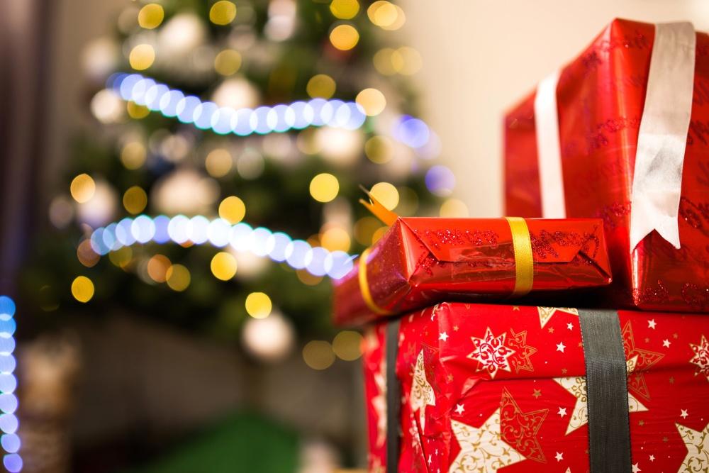 Regali di natale - pacchtti rossi sotto l'albero