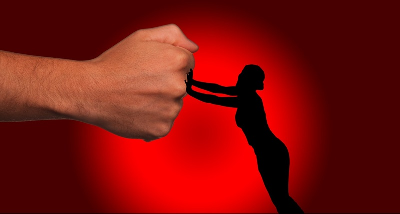 violenza sulle donne - Sfondo Rosso con donna che contrasta un pugno