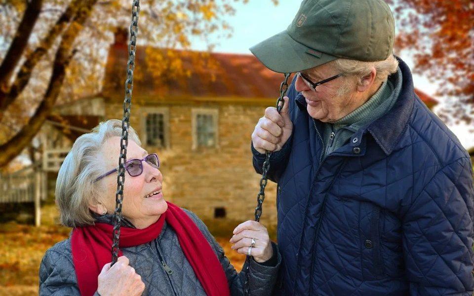Prenotazione vaccino covid - Coppia di anziani coniugi