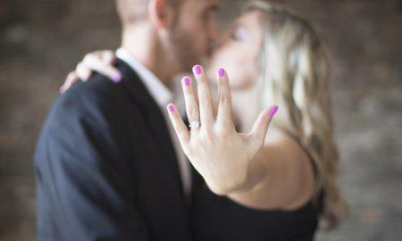 Anello di fidanzamento ideale - ragazza mostra l'anello