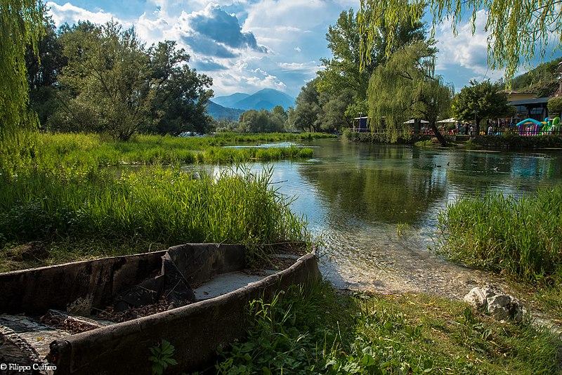 Il Fiume Fibreno - Lago Di Posta Fibreno con una barca