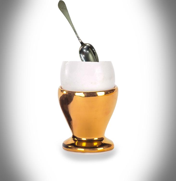 contenitore dorato - Porta Uovo con uovo di gallina
