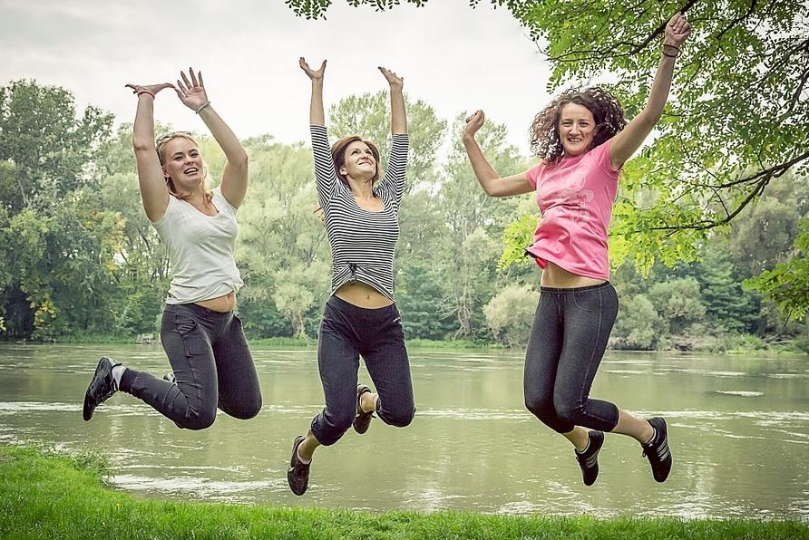 Costruire la felicità - Ragazze Che Saltanosul prato