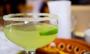 Fare la tequila con agave - Tequila Con Accessori servita