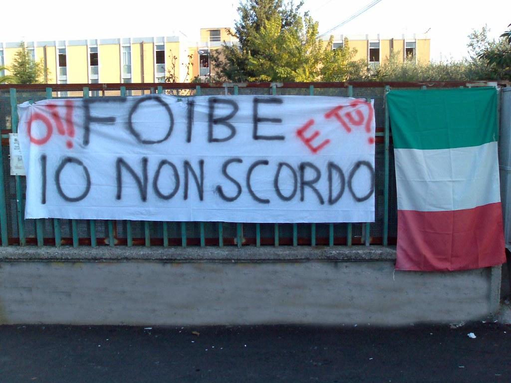 Frosinone riconosce l'eccidio delle foibe - Bandiera E Foibe in uno striscione