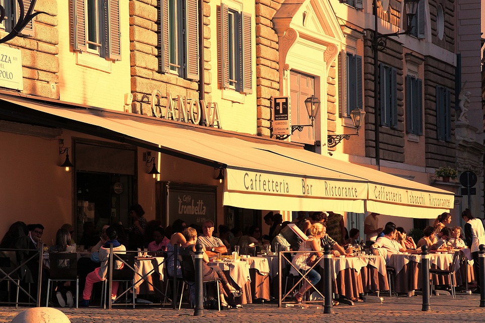 Spazi aperti per locali a Frosinone - Caffetteria con tavoli all'aperto